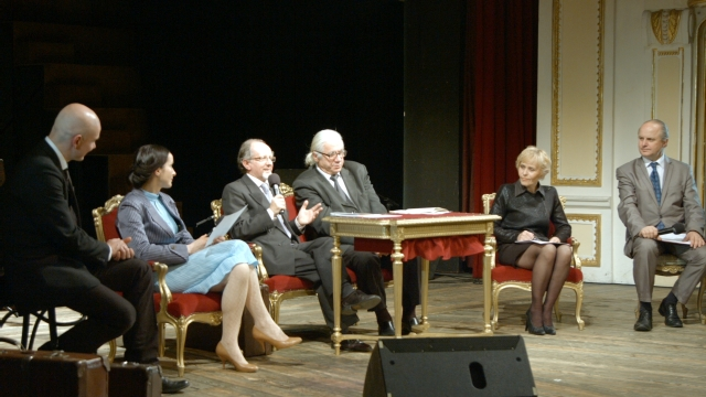 Butulescu, pe scena de la Teatr Polski, în mijlocul actorilor